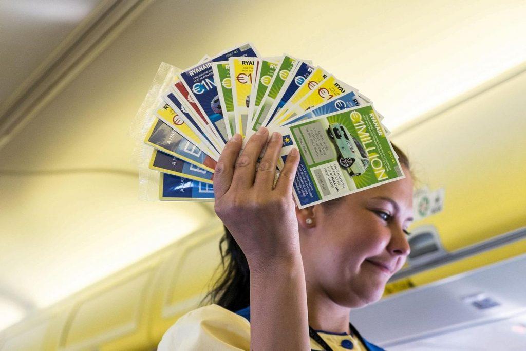 Comissária de bordo da Ryanair vendendo raspadinhas